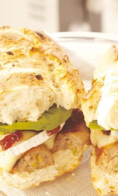 Panino con brie, mirtilli e salsiccia