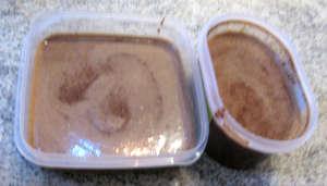 Big versato gelato nei contenitori
